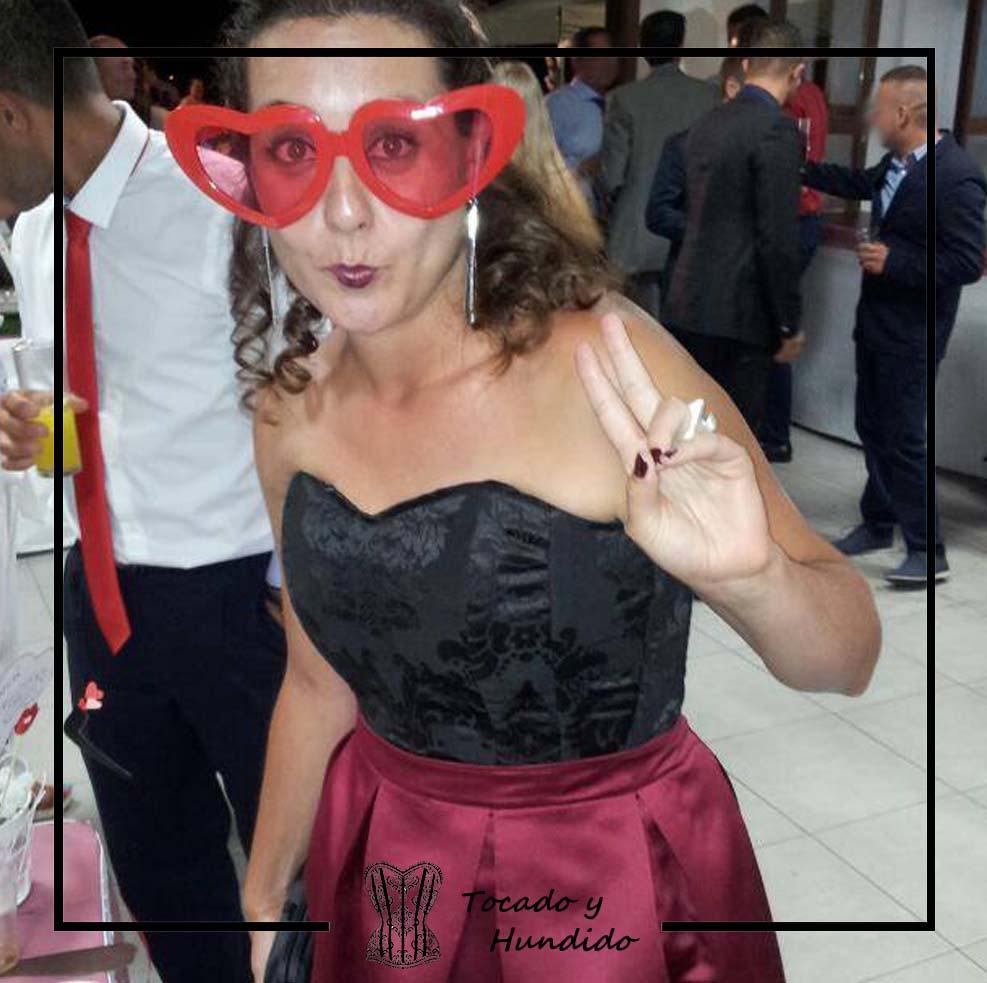 clienta-corset-damasco-negro-y-falda-tablas-burdeos