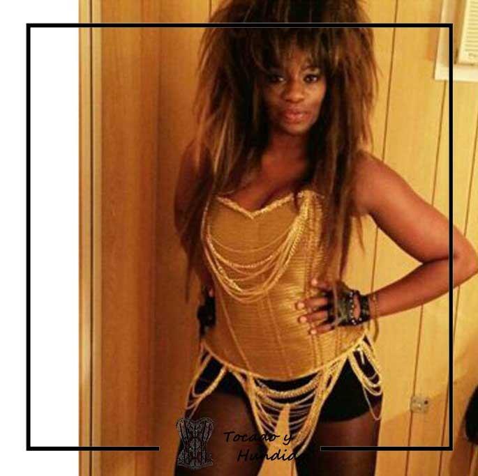 foto-clienta-con-corset-dorado-y-cadenas-Carolina-Sobe-gran-hermano