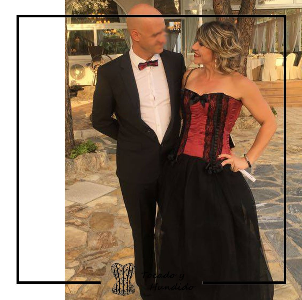 invitada-a-boda-con-corset-burdeos-y-falda-de-tul-novio-pajarita-a-conjunto