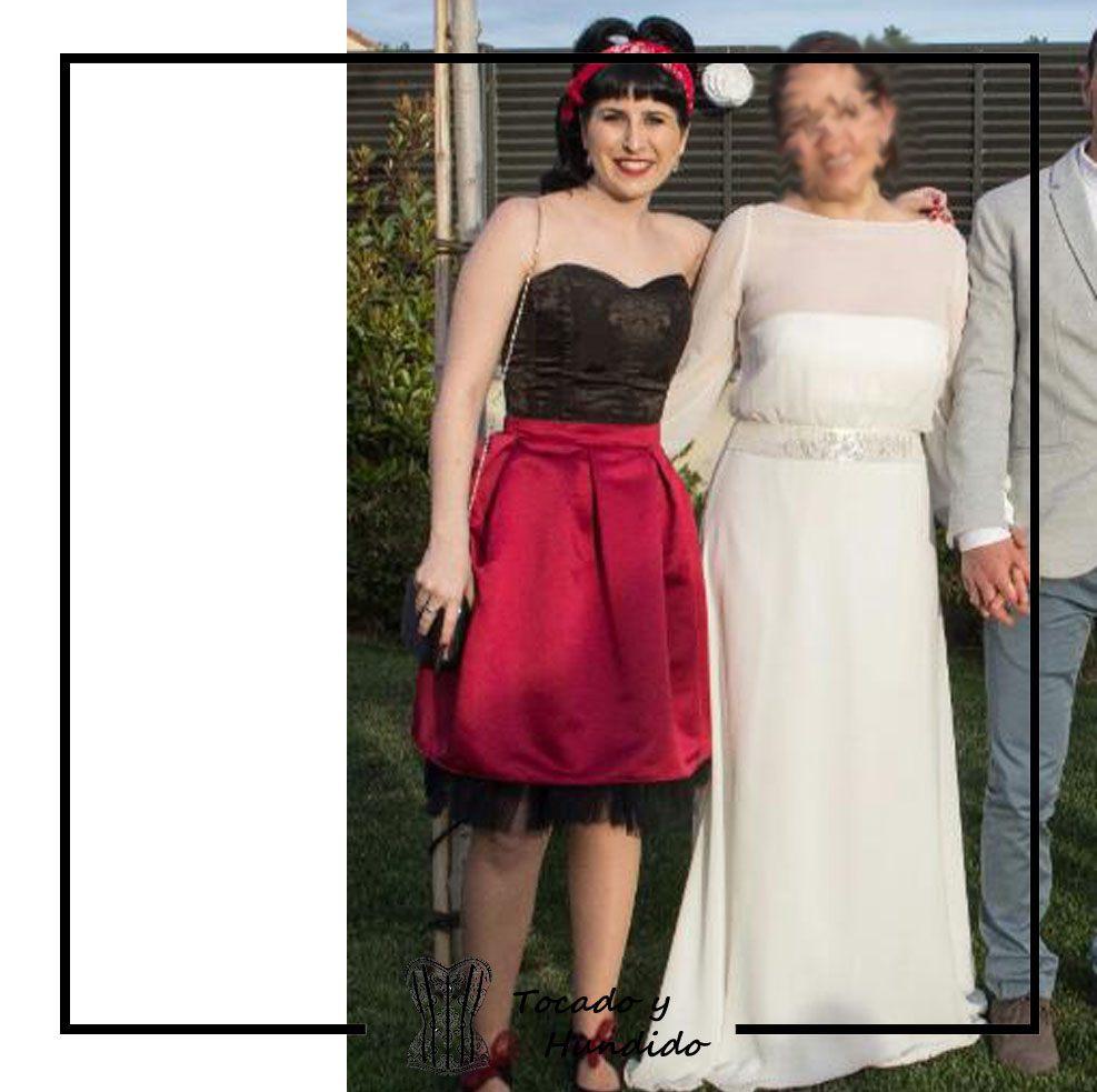 invitada-a-boda-corset-negro-y-falda-de-tablas-burdeos