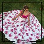Foto clienta con top rosa y falda larga de flores invitada de boda