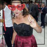 foto clienta corset damasco negro y falda tablas burdeos