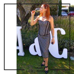clienta con corset de encaje y falda de tubo corsets madrid