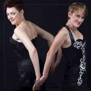 foto clienta con corset damasco negro y con arabescos plateados