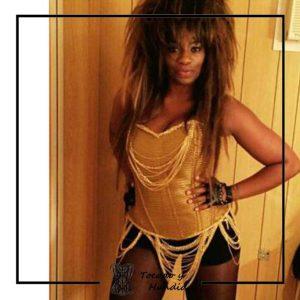 foto clienta con corset dorado y cadenas Carolina Sobe gran hermano