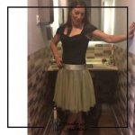 foto clienta con corset negro con mangas y falda de tul amarilla